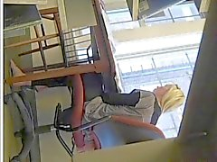 Aufrichtigen Blondine Ausbildung Küken des Fuß Gemaltes Zehen im Flipflop