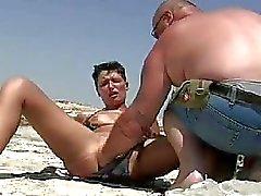 Amatoriale senza vergogna fisted su una spiaggia di pubblici