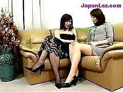 Madame mûre En Robe Noire Getting ses seins et Chatte frottés Embouts Licked sur le canapé
