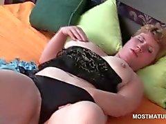 Eenzame blonde mature plagen haar sexy gat neuken in bed