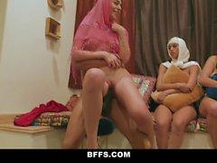BFFS - Shy Inexperienced Poonjab tytöt nauroivat heijastauksissaan