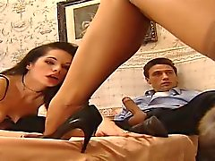 Prostituoitu imee tyylikäs lady korkokenkiä pumppu