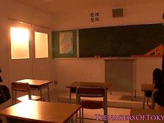 Nippons i Les tonårs att kyssa school brud