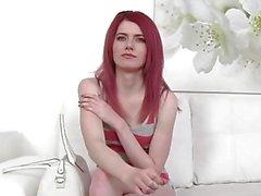 FakeAgent Heiße dünne Redheadbaumuster bekommt Agent Spunk auf ihrem Arsch