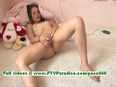 Denise entzückend Brunettemädchen liebäugelt Pussy mit Vibratoren