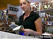 Barman doce Lenka fodeu durante o trabalho