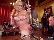 Женские рабы оргии трахаются на вечеринке