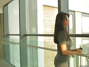 Schönes lateinisches Mädchen Ruth Medina breitet ihre großen Esel
