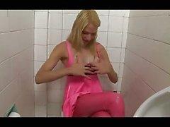 Transex bionda che in lattice di di colore rosa
