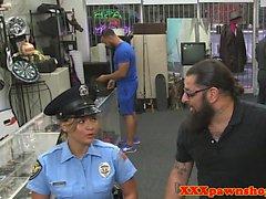 Uniformierte Pfandleihe cop für Bargeld doggystyled