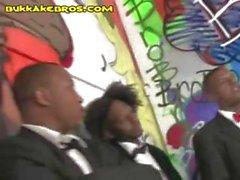 Servante Indecent d'un vibreur méchant fait Gang-Banger par des des messieurs noirs