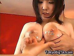 Gros seins jeune fille japonaise se baise les deux