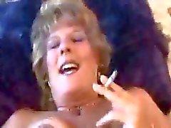 Heißer Dirty- Sprechen Older Cougar Das Rauchen und verdammtes