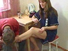 Мама прельщает сыну ногами