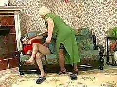Biondo Grannie - la punizione si trasforma sessuale