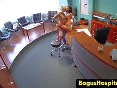 enfermeira Lesbian lambido por gata euro