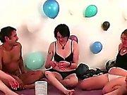 Beijo lésbica For Amateurs despidos na jogo de festa de