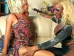 Wild drietal met Titty Blonde Tranny door TROC