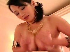 Bodacious massages asiatiques dame un coq épais avec son énorme na