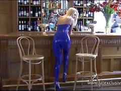 Schöne blonde Latex-Fetisch Babe Natashas glänzenden Outfit