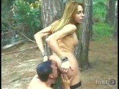 Транссексуал и парня иметь удовольствие по лесу