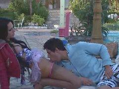Shemale в колготках Viviany Aguilera трахает ее BF на улице