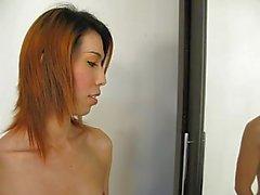 Young Тайская ледибой показывается себе .
