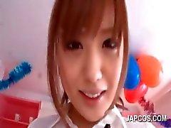 Aasian koulutyttö osoittavat hänen kusella pillua upskirt