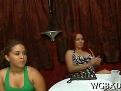 Black stripper recebe seu pecker duro sugado por mulheres tesão