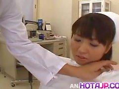 Misato Kuninaka enfermeira é fodida com ferramentas médicas e vibração