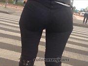 Milf en pantalon noir serré