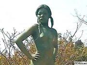 Eine lebende nackte Frau Japaner Garten Statue