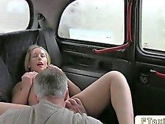 Nena rubia follada en en taxi