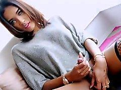 transexual con curvas Layla B masturba su polla dura en el sofá