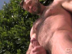 Aaron la jaula trazos de su dick en el jardín, bajo el sol.