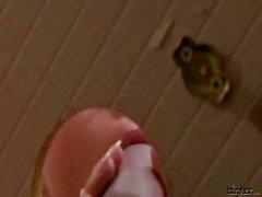 Горячая брюнетка в очках запускается на опрыскивали с поддельным петухов кончина