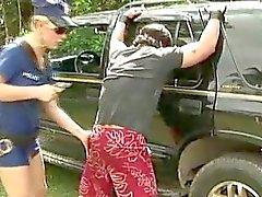 Typ Drill der Polizei Transsexuelle mit dem Auto