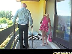Blonde putain un vieux