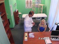 Küçük sarışın hastaya örnek vermeye yardım eden doktor