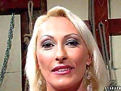 Blondes reife Dame erhält geprägt