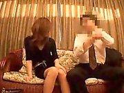 Mager orientalisk kvinna med sexigt smala ben har a lidelse för