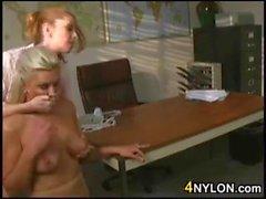 Lesben im Schlauch spielen miteinander