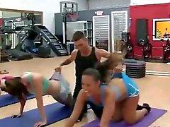 Chicas amateur impresionantes que se divierte en del gimnasio