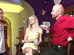 Blonde épouse partager avec barman