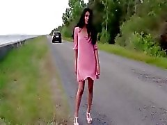 Provocante mulher morena quente na estrada