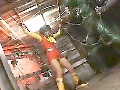 Sexy Heldin ist gefesselt und wird von ihr fremd Fänger gefoltert in
