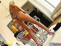 Angelina ausbreitet That Ass weit für Sie geöffnet. Ihrem Super ellastic Arschloch geöffnet zu lassen, diese Schwänze zu bohren ihre tief. Sie macht zwei Lasten in ihrem Arsch