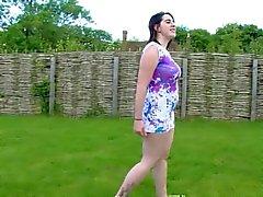 de beauté marche dans le jardin montre sa moniche velue charnu