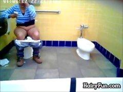 Fett indische sah Pissing auf der Toilette