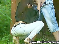 Vestita all'aperto di jeans sex